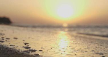 nascer do sol à beira-mar