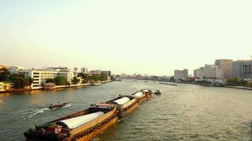 barcaça de transporte de tanque de areia ao longo do rio chao phraya