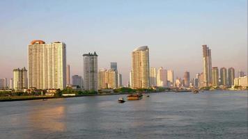 Barcos de transporte a lo largo del río Chao Phraya en Bangkok video