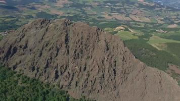 Drone volando sobre la montaña Pietra Parcellara video