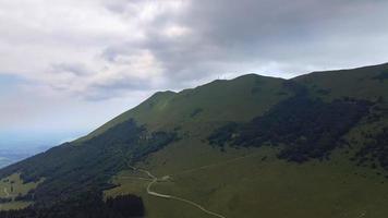 drone voando para o topo do monte baldo, itália