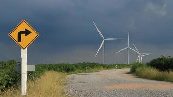 turbinas eólicas trabajando en la carretera. video