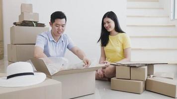 casais estão ajudando a embalar produtos para pedidos online