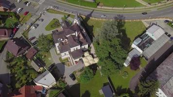 drone in orbita attorno a una villa in 4K