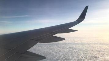 vliegtuigvleugel die over wolken vliegt