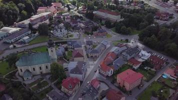 vista aérea de uma igreja e villa em 4k