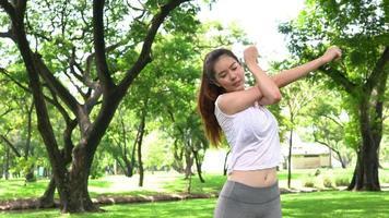 mulher atleta aquece o corpo.