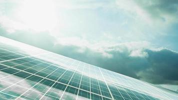 Reflejo de células solares de un cielo azul nublado con amanecer video