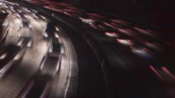 trânsito da autoestrada à noite na hora do rush