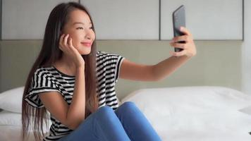 femme prenant des selfies