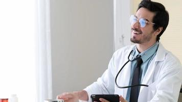 médico dá boas notícias ao paciente