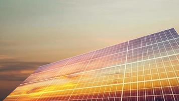 células solares refletindo o amanhecer nublado