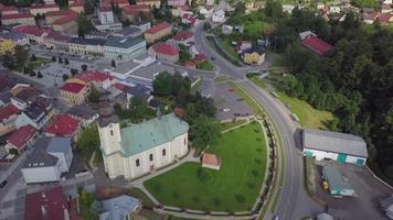 vista aérea de uma igreja e praça em uma pequena cidade em 4k video