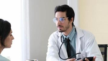 médico dá más notícias ao paciente