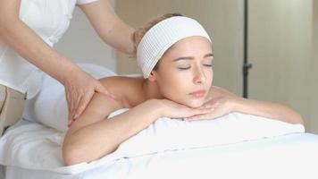 retrato e close-up de uma mulher recebendo uma massagem