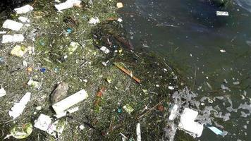 basura de plástico en el agua