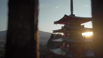 Chureito-Pagode und Mount Fuji im Hintergrund in Japan video