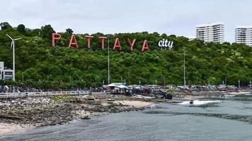 muelle de bali hai y fondo de la ciudad de pattaya