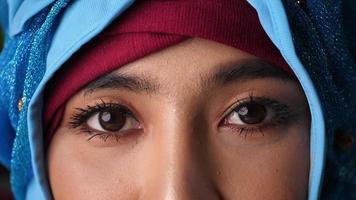 os olhos de uma mulher muçulmana olhando para a câmera.