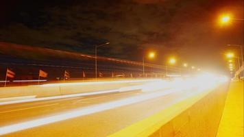 semáforos noturnos na ponte em Banguecoque, Tailândia