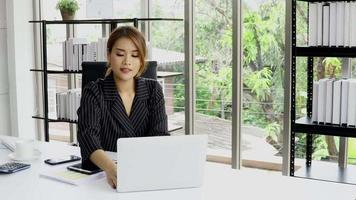empresaria trabajando en la oficina video