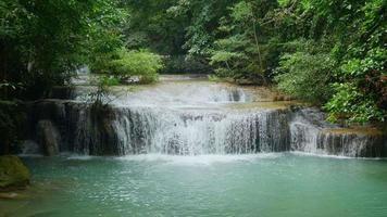 cascada en la selva tropical