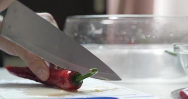 lo chef taglia il peperoncino rosso