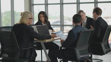 equipe de escritório em reunião de negócios video