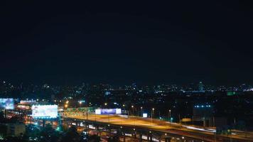 lapso de tiempo, noche, tormentoso, cielo, encima, ciudad, y, autopista rápida