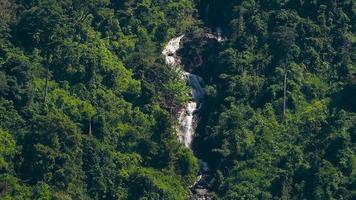 cachoeira em uma floresta na tailândia