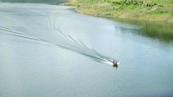 barco navegando no rio