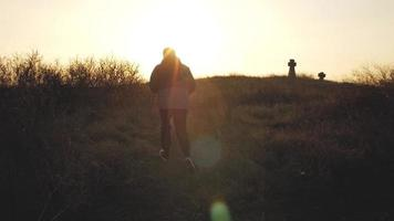 silhouette homme avec fond coucher de soleil