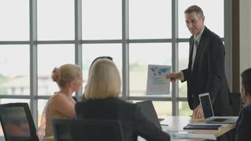 empresário apresentando o projeto para colegas de trabalho video