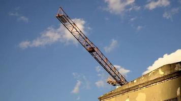 um guindaste de torre em um canteiro de obras