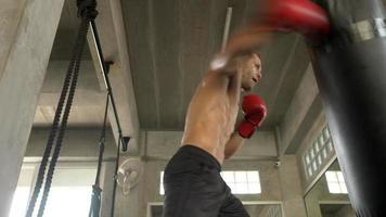 homem forte praticando boxe em uma academia