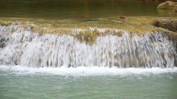 waterval met stenen treden