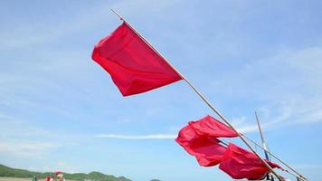 bandeiras vermelhas com fundo de céu azul