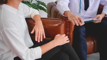 mujer habla sobre su salud mental con un médico video