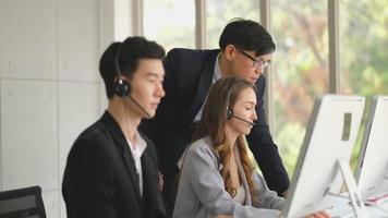 chefe ajuda e suporte sua equipe de call center