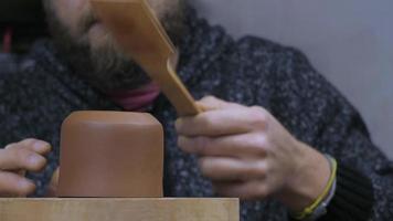 oleiro forma bule de argila video