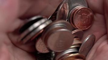 pilha de moedas de baht tailandês nas mãos, câmera lenta