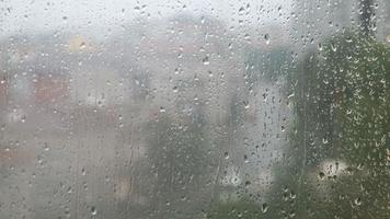chuva cai na janela