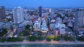 vue aérienne de pattaya au crépuscule, chonburi, thaïlande. video