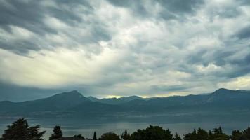 nuvens de tempestade passando sobre montanhas video