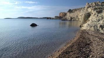 baía oceânica e penhascos rochosos