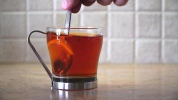 un vaso de té con una rodaja de limón