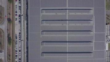 painéis solares no telhado dos edifícios da fábrica da empresa