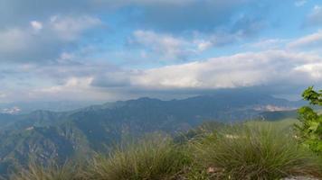 panorâmica sobre os picos das montanhas
