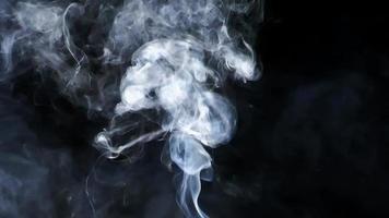fumaça cinza e branca em fundo preto