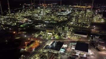 Refinaria de petróleo e fumaça da chaminé à noite video